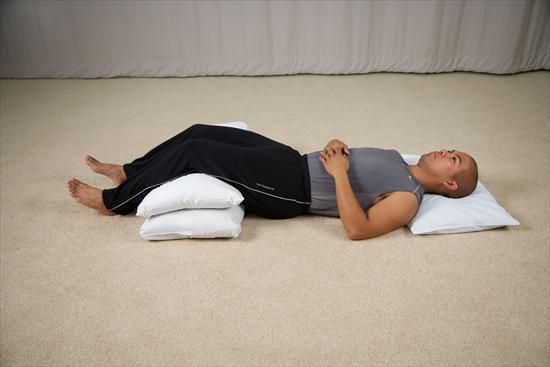 pilow-under-knees-sleep-position